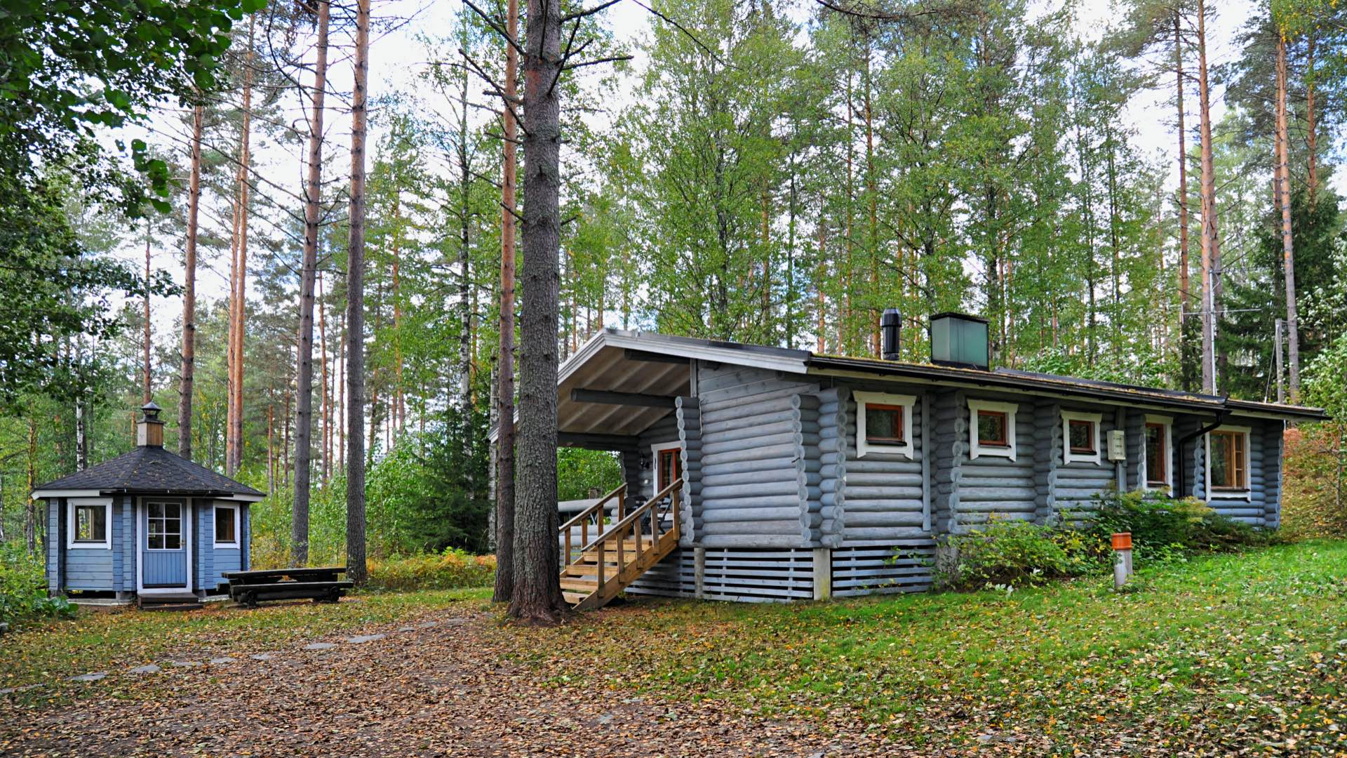 Vasikkahaka is an atmospheric rental cottage for six people on the shore of Lake Härkäjärvi in Mikkeli.